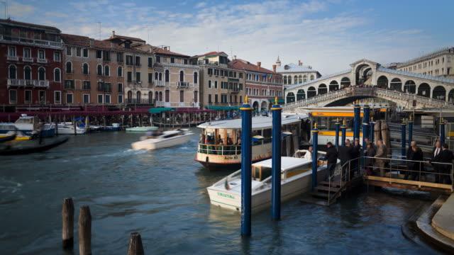 vídeos y material grabado en eventos de stock de boats and gondolas transport tourists along the grand canal near the rialto bridge. - puente de rialto