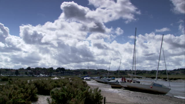 vídeos y material grabado en eventos de stock de boats are moored at blakeney harbour, norfolk available in hd. - marea baja