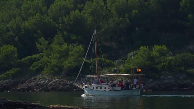 boats at cala pi de la posada, cap formentor, majorca, balearic islands, spain, mediterranean, europe - dreiviertelansicht stock-videos und b-roll-filmmaterial