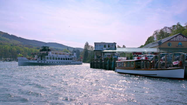 boats at fell foot ferry pier lakeside, windermere, england - nave passeggeri video stock e b–roll