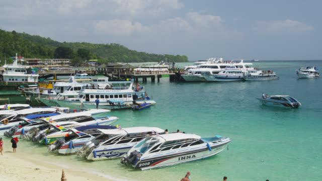 vídeos de stock, filmes e b-roll de boats at the beach of ton sai bay of phi phi don, koh phi phi, thailand - ilhas phi phi