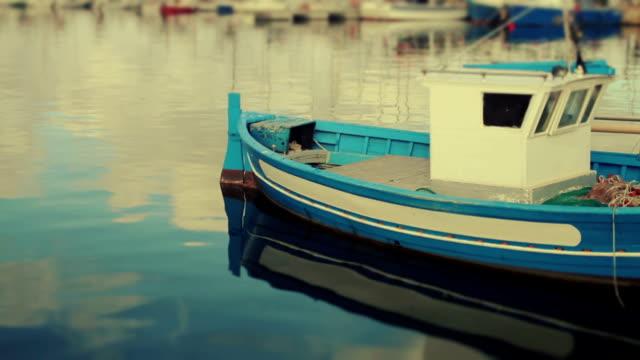 vidéos et rushes de bateaux dans le port d'alghero, sardaigne, italie - procédé croisé