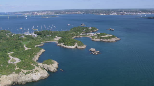 vidéos et rushes de aerial boats cruising in the waters off an island coast in narragansett bay / rhode island, united states - aller tranquillement