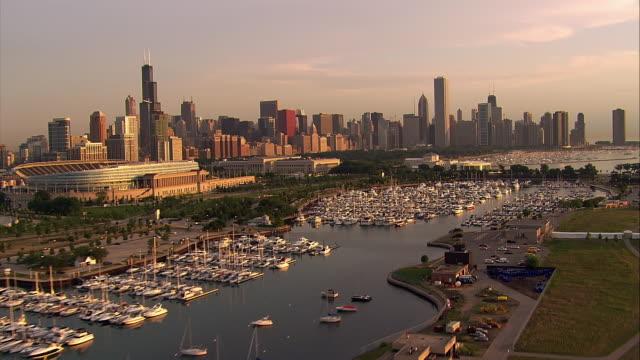 vídeos de stock e filmes b-roll de boats fill a marina in chicago, illinois. - aquário john g shedd