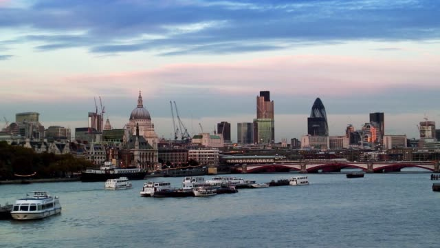 boats float down the river thames before st. paul's cathedral. - vagare senza meta video stock e b–roll