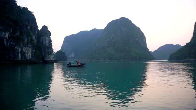 vídeos y material grabado en eventos de stock de barcos en la bahía de halong, vietnam - estilo de música
