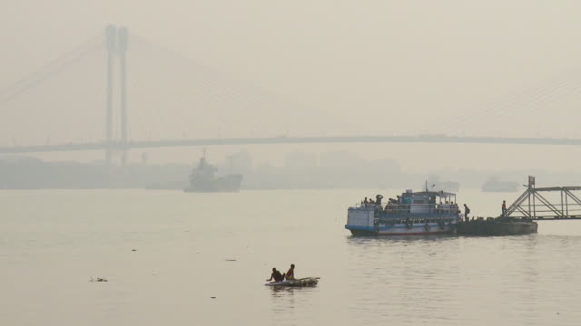 stockvideo's en b-roll-footage met ws boats in hoogly river / calcutta, west, bengal india - calcutta