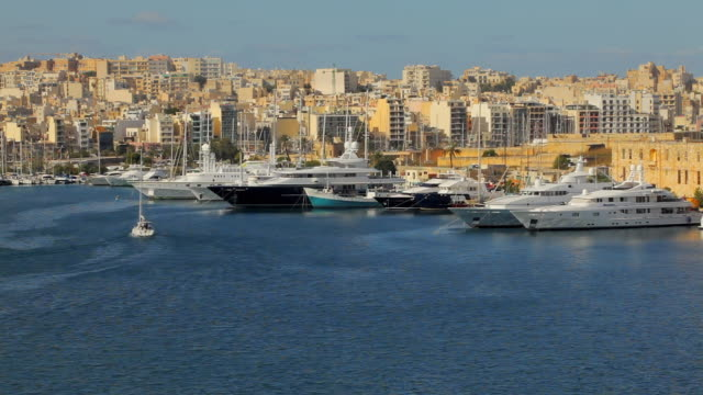 stockvideo's en b-roll-footage met ws ha boats in marsamxett harbor / valletta, malta - valletta