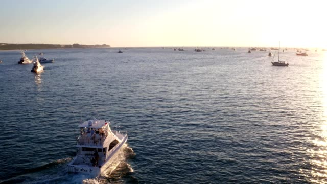 vidéos et rushes de boats leaving cabo san luca marina - péninsule de basse californie