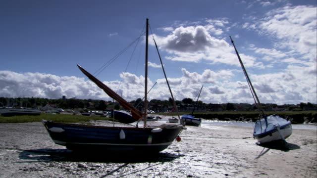 vídeos y material grabado en eventos de stock de boats lie on the beach at low tide, norfolk. available in hd. - marea baja