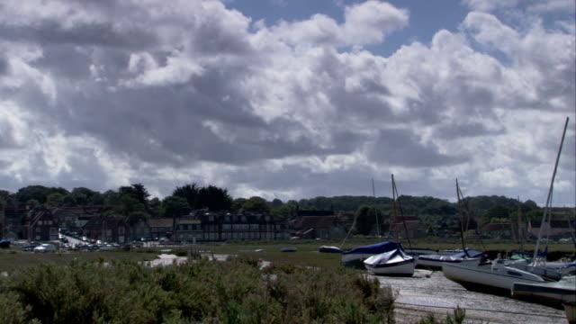 vídeos y material grabado en eventos de stock de boats moored at blakeney, norfolk. available in hd. - marea baja