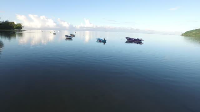 vídeos de stock, filmes e b-roll de boats moored on sea against sky - ilhas mascarene