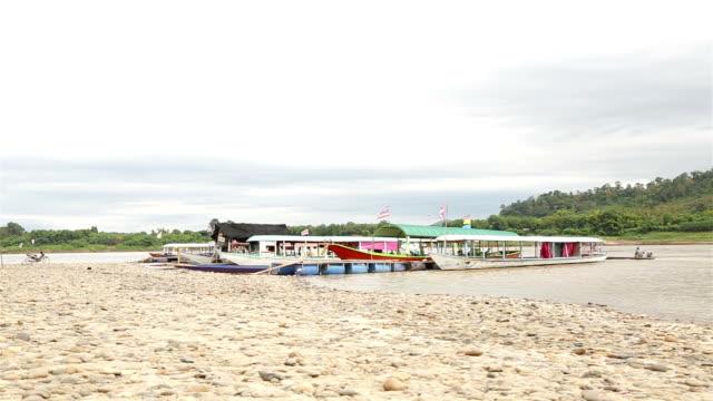 vidéos et rushes de péniches amarrées sur le fleuve mékong. - être ancré