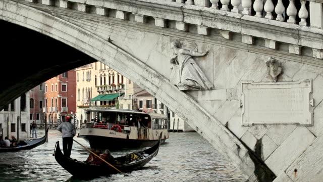 cu boats moving on grand canal under rialto bridge, venice, veneto, italy - renaissance stock videos & royalty-free footage