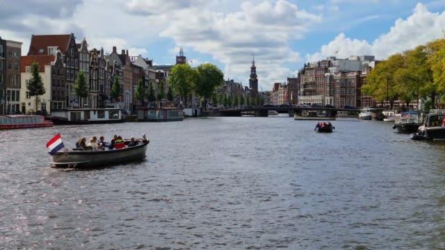 vidéos et rushes de boats on amstel river on a sunny day. - culture néerlandaise