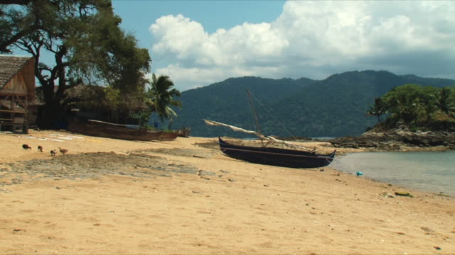 ws boats on beach / tsarabanjina, madagascar - マダガスカル点の映像素材/bロール