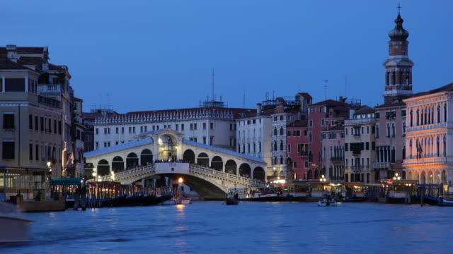 t/l ws boats on grand canal near ponte rialto at dusk / venice, italy - ponte stock videos & royalty-free footage