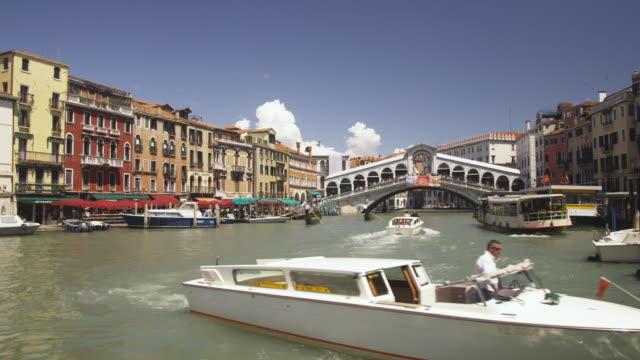 vídeos y material grabado en eventos de stock de ws, boats on grand canal, rialto bridge in background, venice, italy - puente de rialto