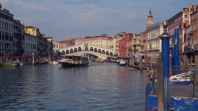 vídeos y material grabado en eventos de stock de boats on grand canal (canal grande) with rialto bridge in background. venice, veneto, italy, europe. - puente de rialto