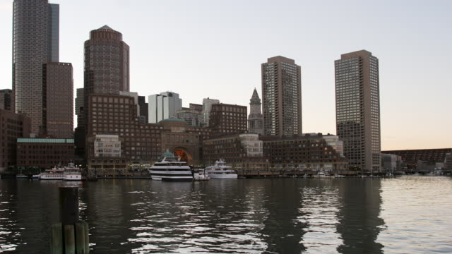 t/l ws boats on harbor and rowes wharf condominium, day to night, boston, massachusetts, usa - custom house tower stock videos & royalty-free footage