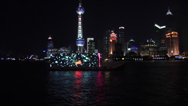 ws, boats on huangpu river, oriental pearl tower illuminated at night in background, shanghai, china - river huangpu stock videos & royalty-free footage