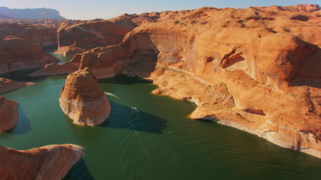 barche aeree sul lago powel in una giornata di sole - lago powell video stock e b–roll