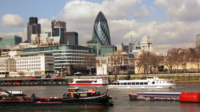ms, t/l, boats on river and cityscape, london, england - gla building stock videos & royalty-free footage