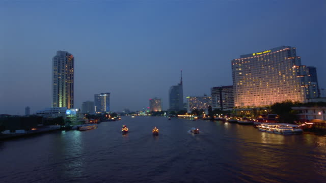 vídeos de stock, filmes e b-roll de fast motion, ws, boats on river at dusk, bangkok, thailand - rio chao phraya