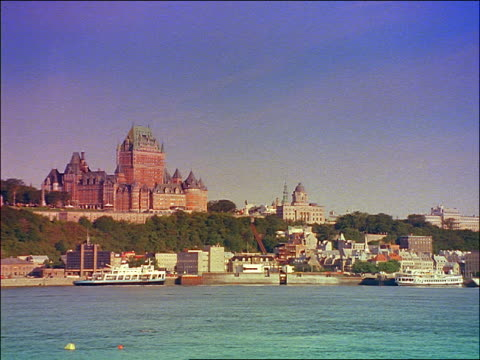 boats on st lawrence river in front of chateau frontenac / grainy - sankt lorenz strom stock-videos und b-roll-filmmaterial