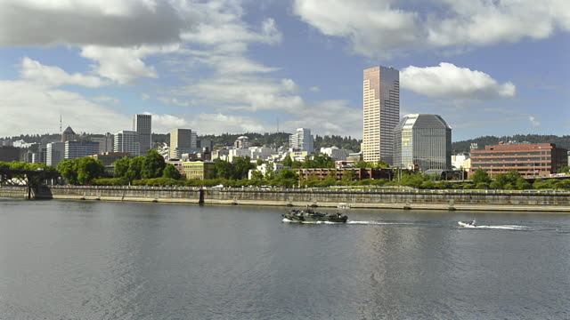 ls boats on the willamerre river and downtown skyline / portland, oregon, usa - fiume willamette video stock e b–roll