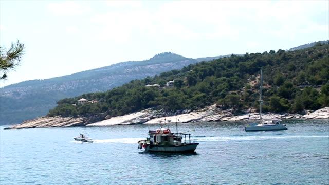 vídeos de stock, filmes e b-roll de barcos na água - alto contraste