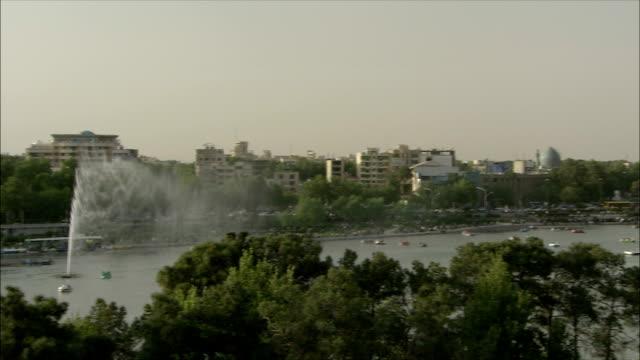 stockvideo's en b-roll-footage met ws ha pan boats on zayandeh river and khaju bridge, isfahan, iran - waterfiets