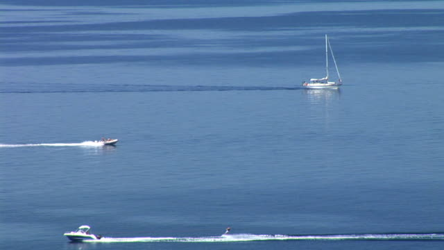 vídeos y material grabado en eventos de stock de hd: barcos que pasan - waterskiing