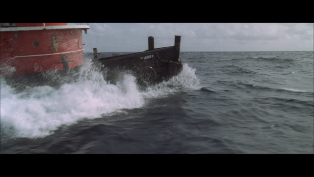 vídeos de stock, filmes e b-roll de ds a boat's prow plowing through some rough waves - rough