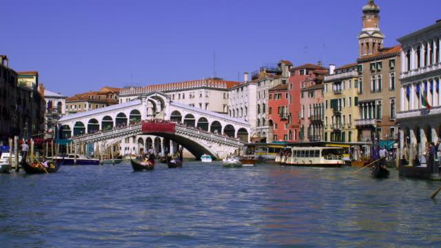 vídeos y material grabado en eventos de stock de boats sail on the grand canal in venice, italy. - puente de rialto