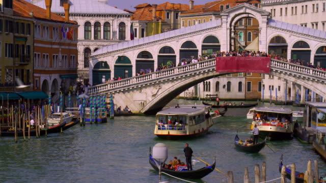 vídeos y material grabado en eventos de stock de boats sail under the rialto bridge in venice, italy. - puente de rialto