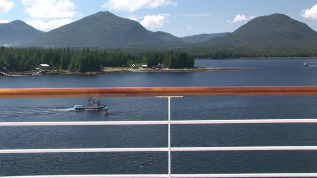 ws, boats sailing in ketchikan harbor, green hills in background, alaska, usa - 落下防止柵点の映像素材/bロール