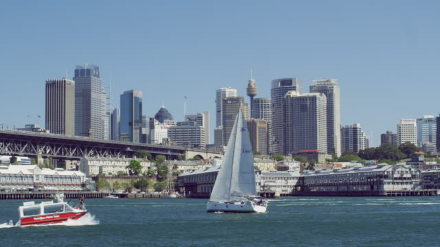 vídeos de stock e filmes b-roll de ms boats sailing in sydney harbour / sydney, australia - tempo real