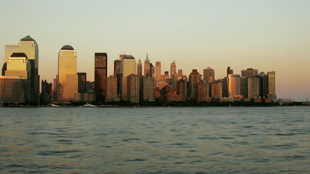 t/l, ws, boats traveling on east river, downtown district skyline in background, day to night, new york city, new york, usa - ausflugsboot stock-videos und b-roll-filmmaterial