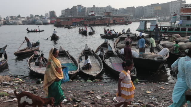 Boatsmen waiting for passengers, Sadarghat Boat Terminal, Dhaka, Bangladesh, Indian Sub-Continent, Asia