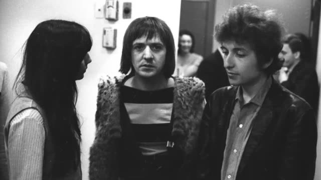 stockvideo's en b-roll-footage met bob dylan chats with pop duo 'sonny and cher' as they pose for a portrait at atlantic studios in 1965 in new york city new york cher sonny bono bob... - 1965