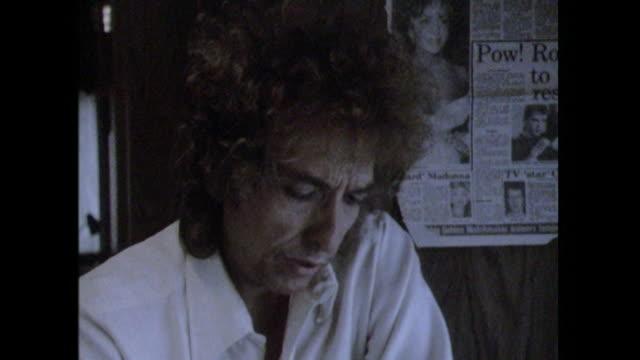 Bob Dylan saying 'I'm nobody's puppet nobody pulls my strings'