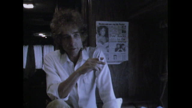 bob dylan talks about people not being 'real' around famous people - インタビュー素材点の映像素材/bロール