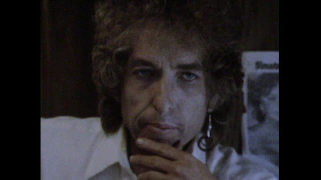 Bob Dylan talks about Roger Mcguinn being the first person to create 'synthetic music' but that music doesn't have any 'roots or foundation to it''