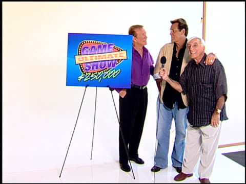 vídeos y material grabado en eventos de stock de bob eubanks, chuck woolery, and jamie farr at the legendary game show gurus launch of the '$250,000 ultimate game show' at null in los angeles,... - concurso televisivo