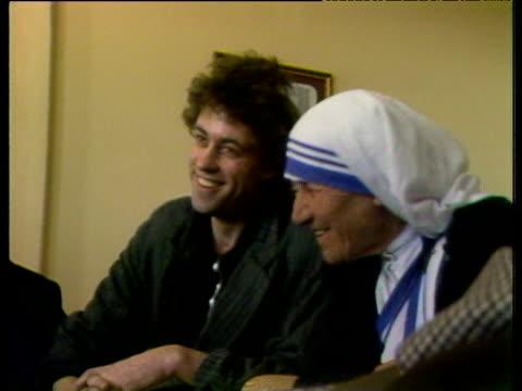 stockvideo's en b-roll-footage met bob geldof meets mother teresa in ethiopia jan 85 - bob geldof