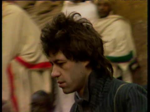 stockvideo's en b-roll-footage met bob geldof visiting victims of the ethiopian famine jan 85 - bob geldof