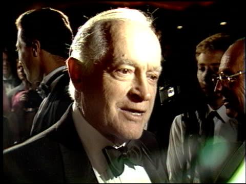 bob hope at the governor's award at the regency hotel on september 7, 1988. - ボブ ホープ点の映像素材/bロール