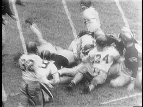 vídeos de stock e filmes b-roll de bob jenkins makes touchdown for navy team / cadets stand up in bleachers/ various navy plays/ james pettit jr jumps on other players/ navy touchdown... - último quarto de tempo