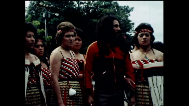 bob marley at māori powhiri in 1979 during visit to new zealand and responding to question that he has never received such a welcome before - bob marley musician点の映像素材/bロール